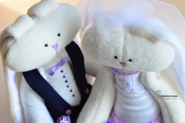 Подарок на свадьбу, свадебные зайчики, зайчики в фиолетовом,  фиолетовая свадьба, зайчики из флиса, свадебный оригинальный  подарок, игрушки на заказ на свадьбу, зайцы на свадьбу, интересный подарок на свадьбу, подарок молодоженам,  игрушки на заказ киев
