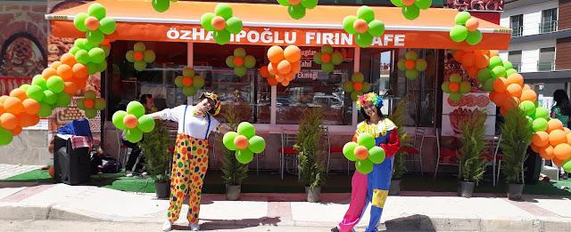 Açılış organizasyonlarında görselliğin de büyük bir önemi vardır. Balon süsleme görselliği oluşturan ana etkenlerden bir tanesidir. Firmanıza uygun renklerde yapılan balon süsleme ile çevreden geçen potansiyel müşterilerinizi etkileyebilirsiniz.