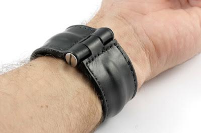 Dettaglio della chiusura del braccialetto, fatto a mano su misura