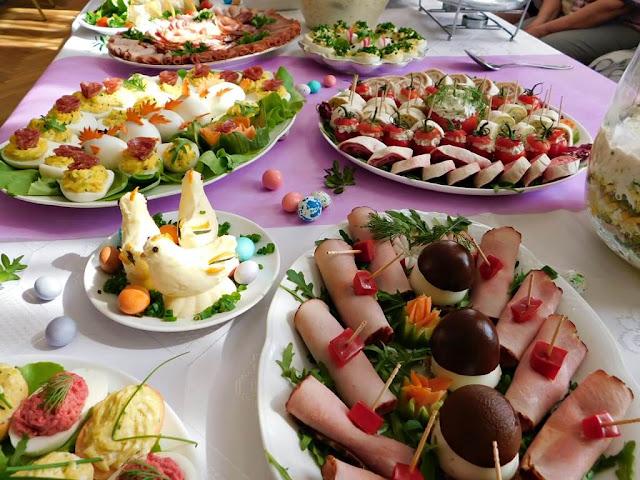 świąteczne potrawy, jaja, ciasta, figurki z masła