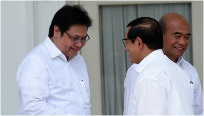 Seskab Pramono Anung memberikan ucapan selamat kepada Airlangga Hartarto