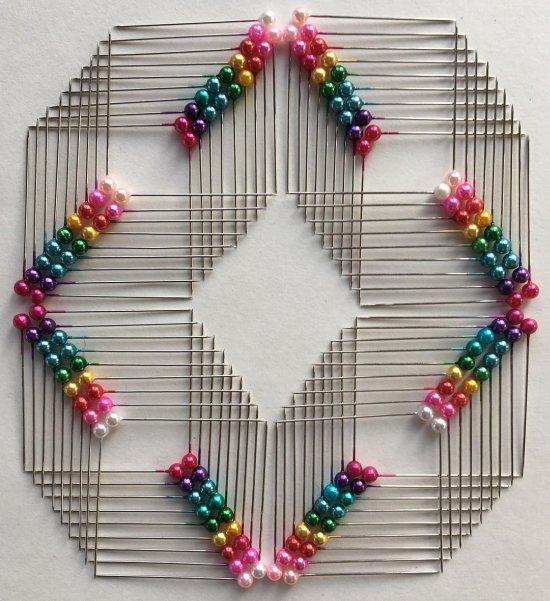 Adam Hillman fotografia objetos dia-a-dia arrumados padrões geométricos coloridos