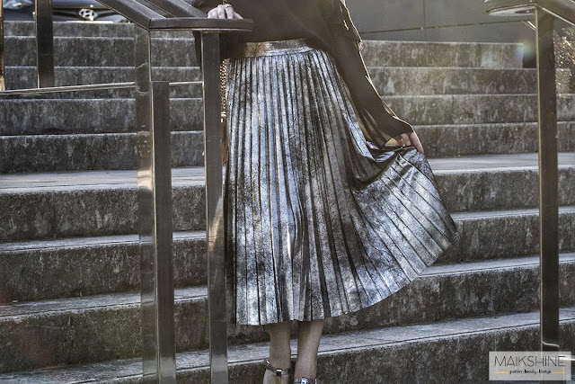 Look metallic skirt