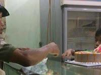 Mengharukan, Pemulung Ini Belikan Istrinya Kue Ulang Tahun