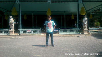 Keraton Surakarta Hadiningrat selfie di depan bangsal maligi