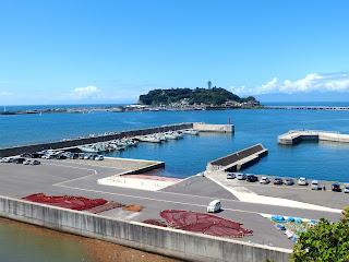 腰越漁港と江ノ島