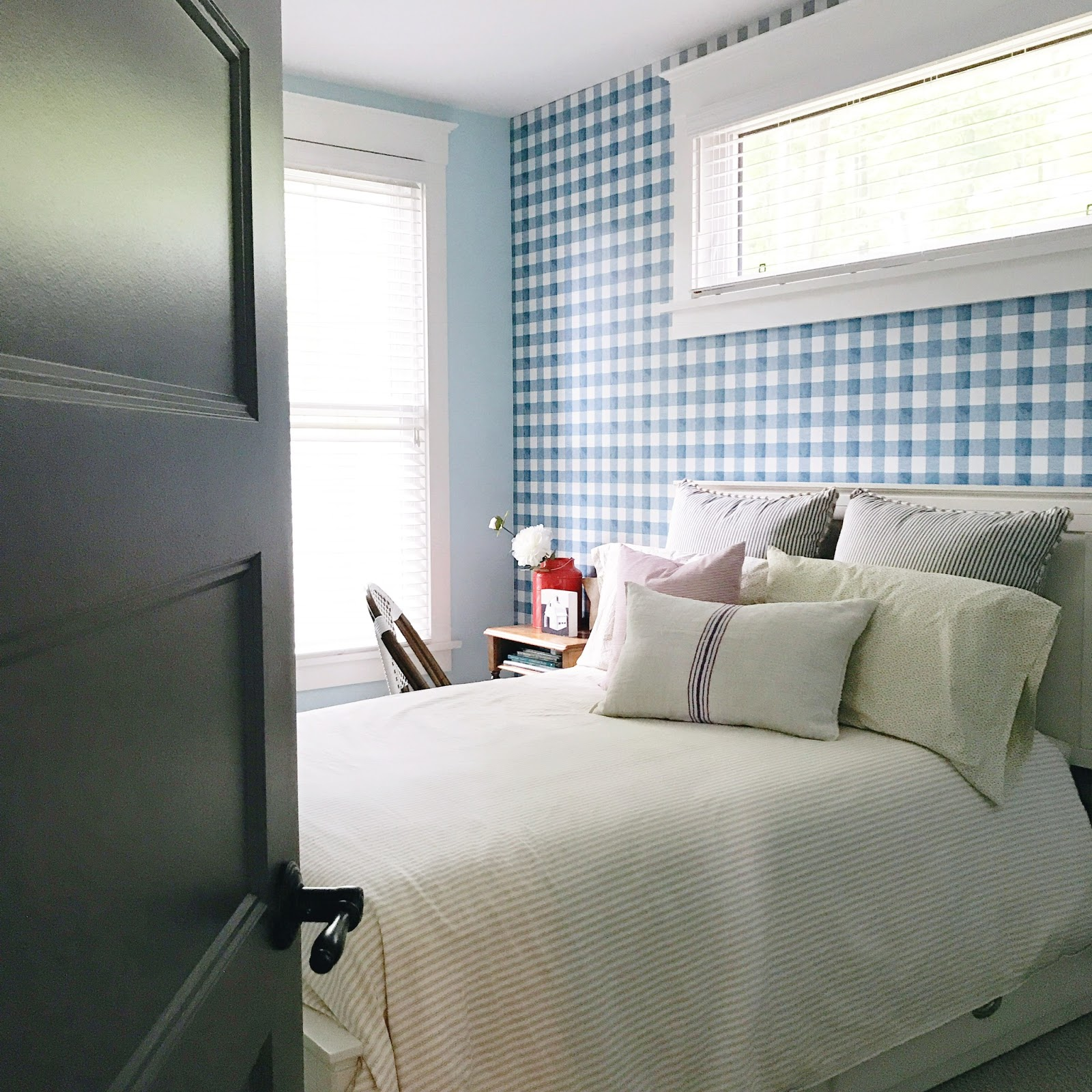 large scale gingham wallpaper, plaid wallpaper, cottage bedroom, modern country bedroom, kids cottage bedroom