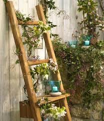 Escada de madeira rústica como floreira