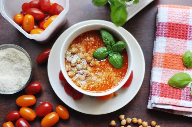Krem paprykowo-pomidorowy z chrupiącą ciecierzycą i parmezanem