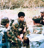 "Foto Shahrukh Khan Debut serial TV ""Fauji"""