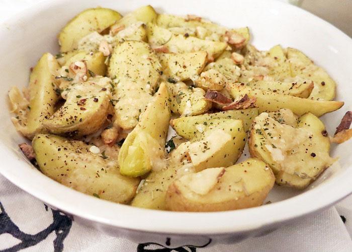 Bratkartoffel mit Kräutern und Parmesan überbacken