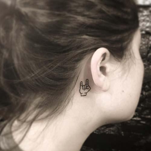 kulak arkası rock işareti dövmesi behind ear horned hand tattoo