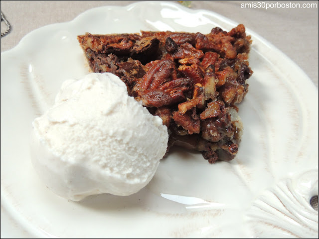 Mi Cena de Thanksgiving: Chocolate Bourbon Pecan Pie con Helado de Vainilla