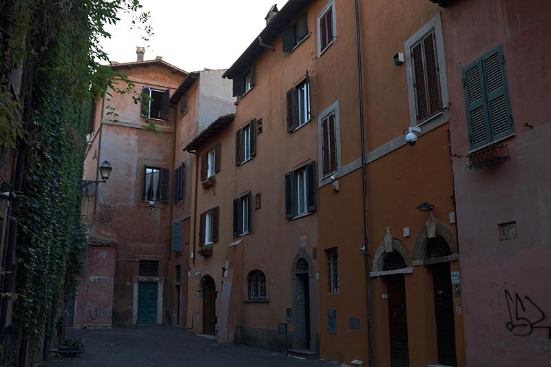 Sommerabend in Rom Gassen Piazzo historische Fassaden orange