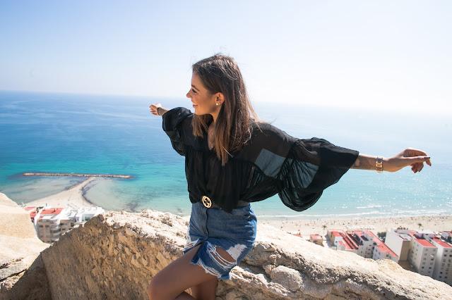 Jeansowa spódnica z wysokim stanem oraz szyfonowa bluzka - Czytaj więcej