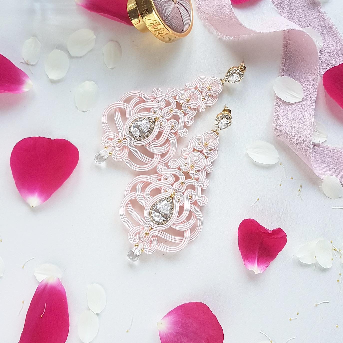 """Różowe kolczyki ślubne """"Wiktoria"""" ze złotymi akcentami."""