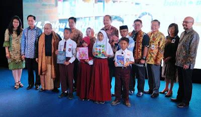 penyerahan donasi buku secara simbolis kepada sekolah terpilih