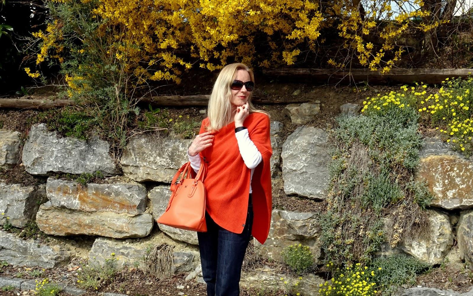 Orange: Handtasche, Schuhe und Poncho in warmen Orange