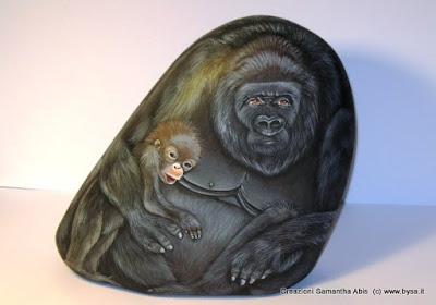 gorilla dipinto su sasso