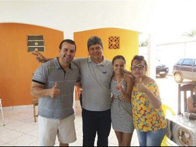 Adão Carneiro (C) ao lado dos ex-prefeitos Alex e Sônia Santos (D) e a vice, Karine