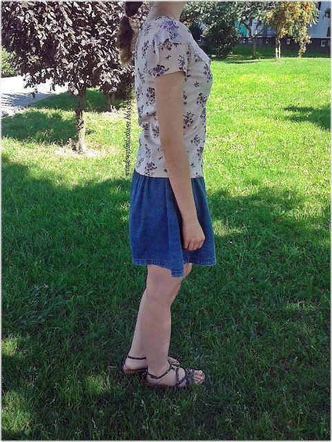 Bluzka w kwiaty z falbaną, jeansowa spódniczka, sandały z ćwiekami