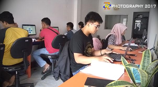 Suasana bertukar ide kreatif masing-masing peserta kursus