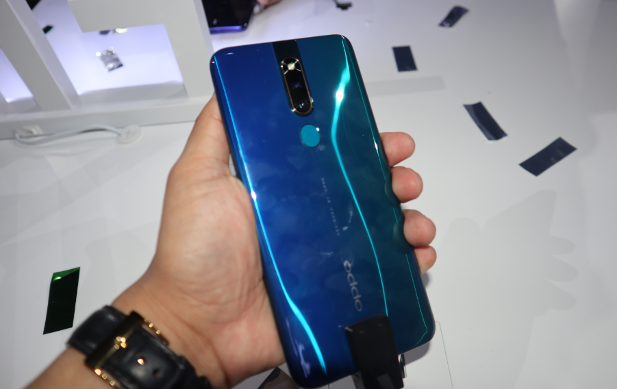 OPPO F11 Pro allows users to capture clearer night portraits.