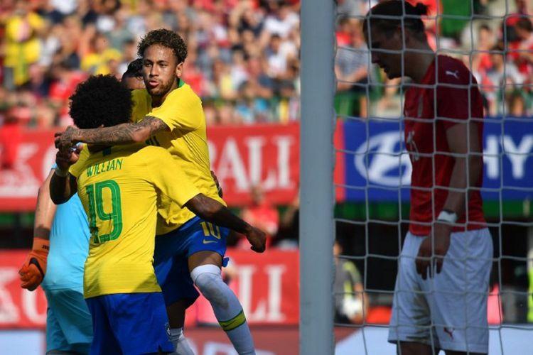neymar rayakan gol bersama wilian pada laga australia vs brasil