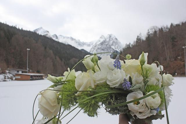 Winter-Brautstrauß in Weiß und Eisblau von Passiflori Blumen Penzberg - Winterhochzeit im Riessersee Hotel Garmisch-Partenkirchen