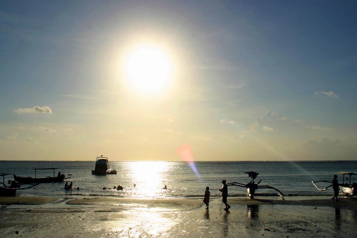 수평선 아래를 향해 떨어지고 있는 태양