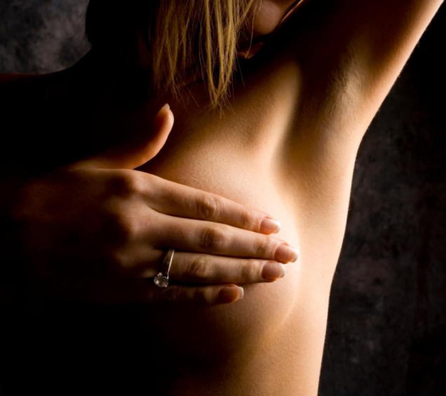 ваша фото держит за груди она ничего решает