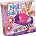 Speel nagelstyliste met een speelgoed nagelstudio