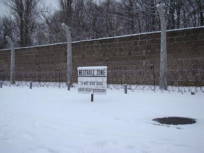 Muro e aviso do Campo de concentração de Sachsenhausen