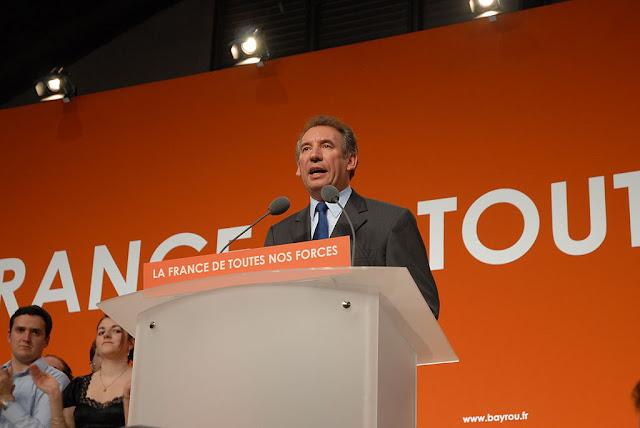 François Bayrou aurait voulu faire payer par l'Etat 42,000 euros de costumes en 2002