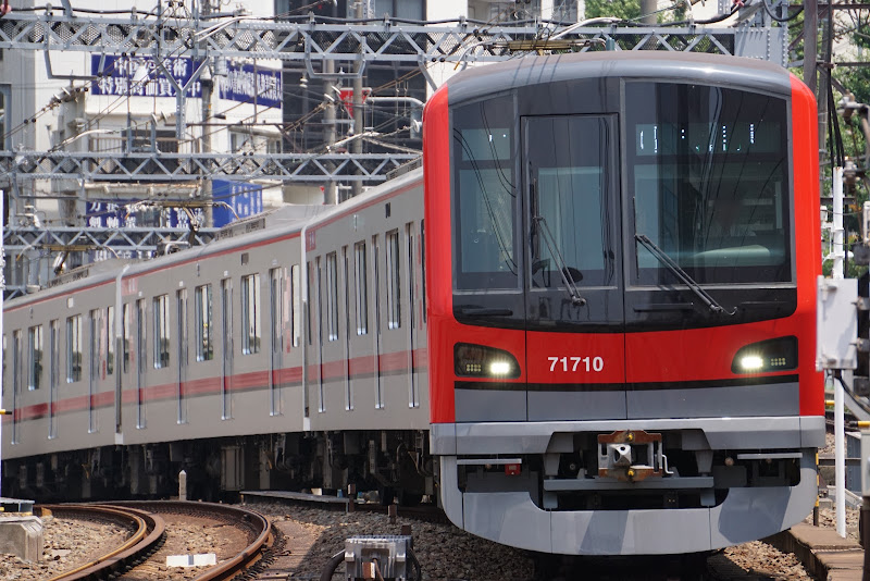 中目黒駅に到着する東武鉄道70000系