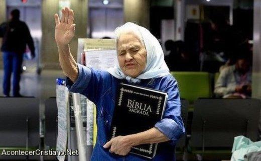 Anciana evangeliza a pasajeros en aeropuerto
