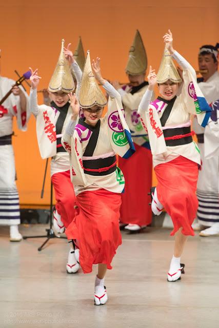ヴィータホールで踊る江戸っ子連の女踊りの女性の写真