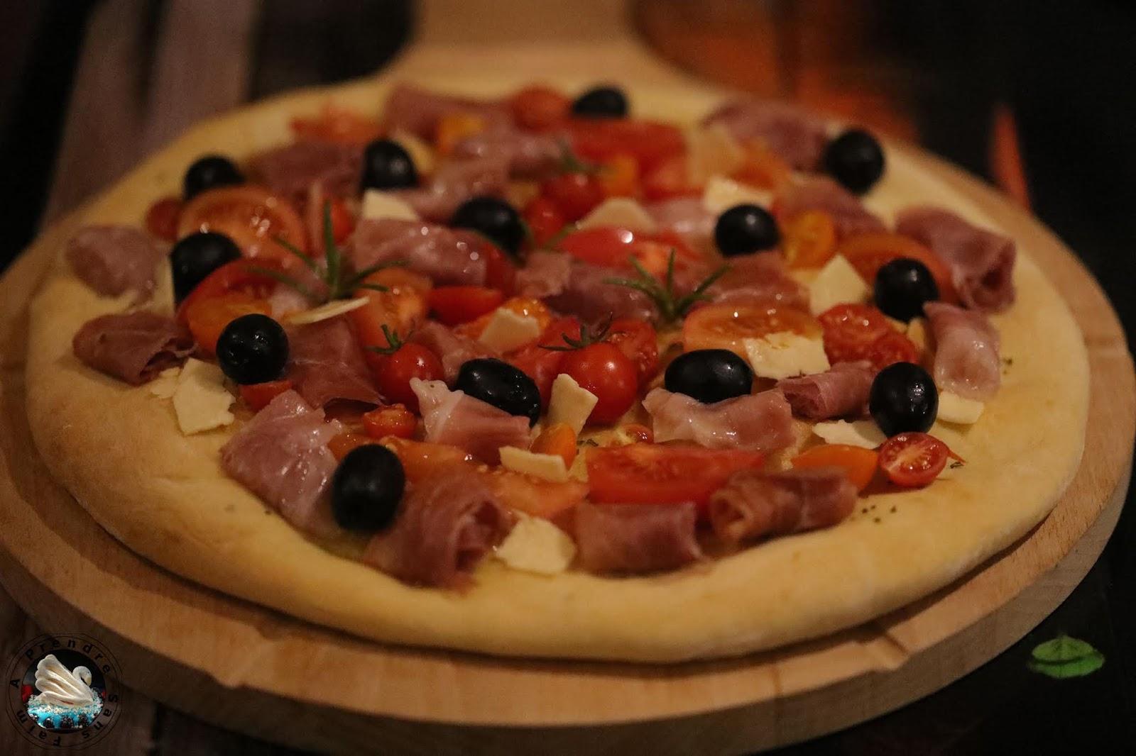 Pizza blanche tomates jambon au romarin