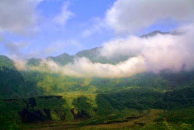 Gunung Galunggung diliputi awan.