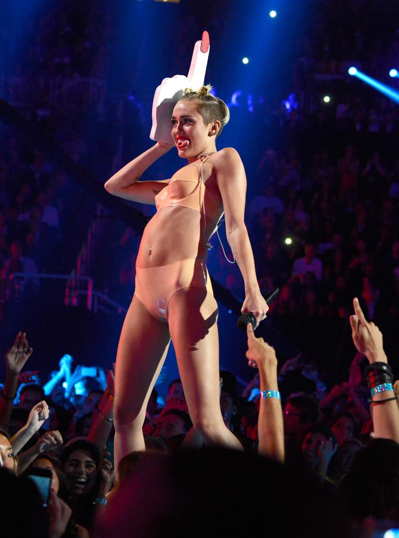 Miley cyrus twerking two black dicks 8