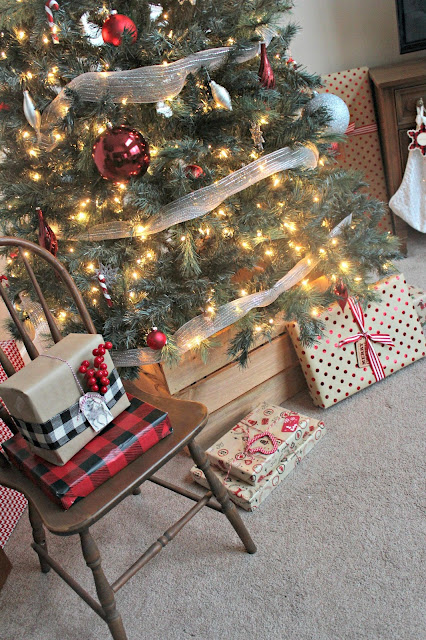 What a neat alternative to a Christmas tree skirt! DIY Christmas Tree Crate Stand