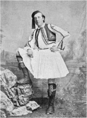 Ο Όσκαρ Ουάιλντ ντυμένος τσολιάς σε επίσκεψή του στην Ελλάδα.
