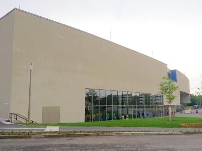 Frontseite des Potsdamer Sport- und Freizeitbades Blu. Viel Wand, wenig Fenster.