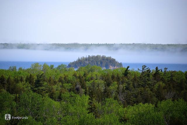 Nebel steigt ueber dem Wasser auf.