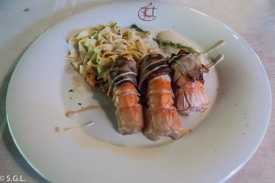 Cigalas envueltas en Hongos sobre Verduritas con salteado de pasta fresca en el restaurante Eneperi en San Juan de Gastelugatxe