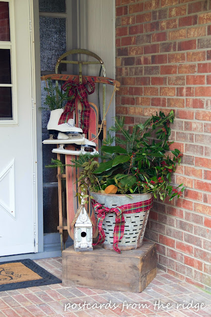 Love this Christmas porch decor! So many great ideas on this site.