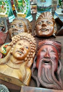 Máscaras, talla en madera en el desembalaje de Noja