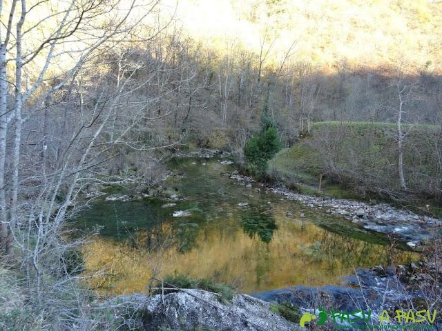Reflejos sobre el Río Dobra en la Ruta de la Olla de San Vicente