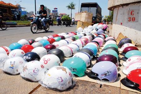 Mũ bảo hiểm qỉa kém chất lượng bán tràn lan trên đường phố