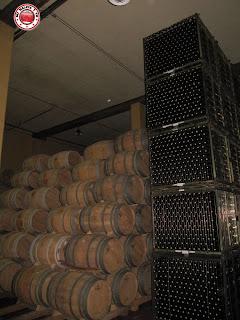Barricas y botellas en Bodegas Luis Cañas